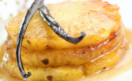 Grilled pineaple with vanilla sauce