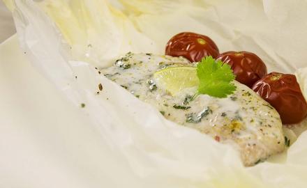 Papillote de dos de cabillaud au lait de coco et ses tomates-cerises pochées