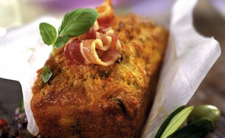 Cake aux olives, tomates confites et basilic