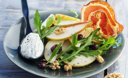 Salade de poires, roquette, noix et quenelle au bleu