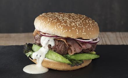 Hamburger avocat, bacon et crème au bleu