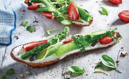 Tartines Carré Frais Bio, asperges vertes et fraises gariguette