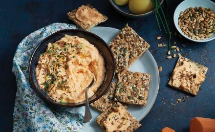 Guacamole de patate douce et crackers aux céréales