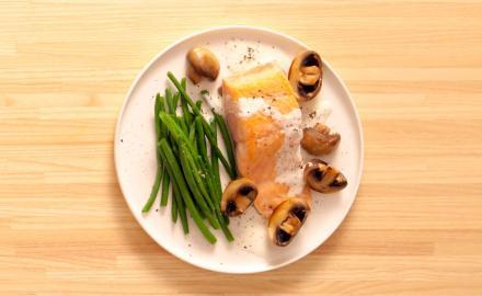 Pavé de saumon, crème à l'ail confit et haricots verts frais