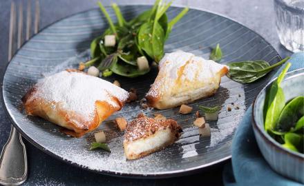 Pastilla au fromage frais, salade d'épinards