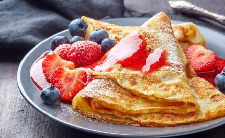 RED FRUIT, BUTTER AND CREAM PANCAKES