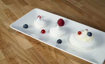 Pavlova aux fruits rouges et à la crème