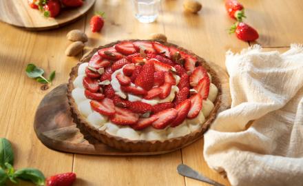 Tarte aux fraises, crème chocolat blanc et éclats d'amandes