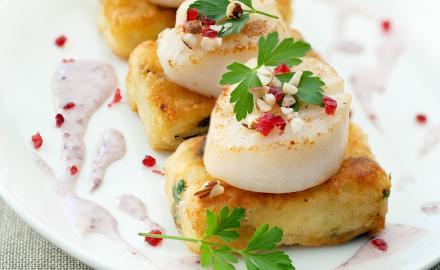Noix de Saint Jacques sauce Cranberry, palets pommes de terre et épinards