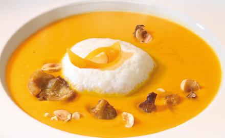Crème de potiron aux châtaignes et noisettes grillées