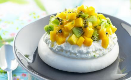 Pavlova exotique à la mangue, kiwi, citron vert & fruits de la passion