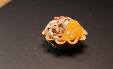 Tartelette Chantilly chocolat au lait, décor mandarine et pralines roses