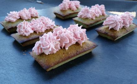 Financiers à la pistache et chantilly rose au mascarpone